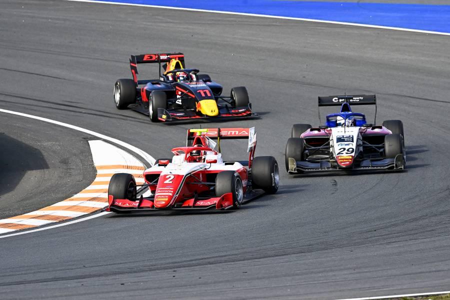 岩佐歩夢がレース1で3位表彰台を獲得!