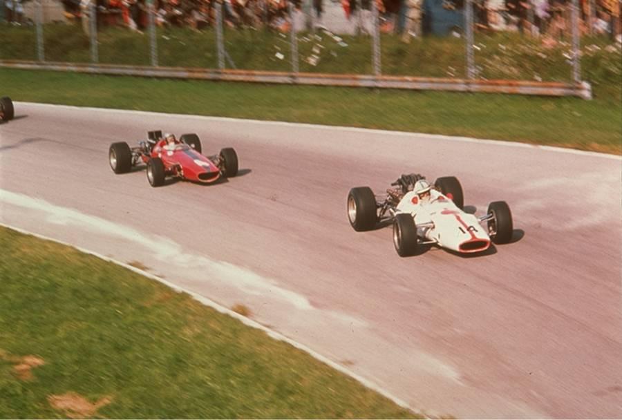 レース中、次々とポジションを上げるサーティース(カーナンバー14)